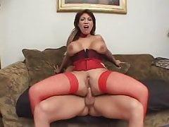 Brunette MILF aux seins énormes