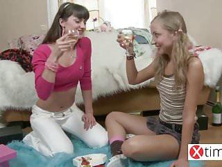 Russian Small Tits Pussy video: Ninfette lesbiche dalla madre patria Russa!