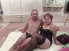 Nonna e nonno durante il casting porno per integrare la pensione