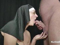 Granny alemana MILF hace casting porno por dinero para la iglesia