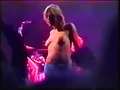 Courtney Love topless auf der Bühne
