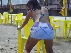 Brünette Tanzen im Strand