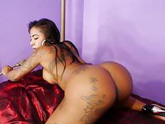 GoGo Fukme Shakes und Twerks ihre große Beute nackt im Bedro