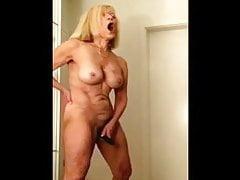 Nonnina sexy che Cumming facendo uso del giocattolo