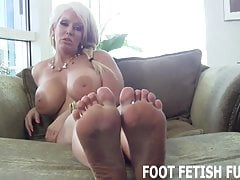 Lascia che ti mostri i miei piedini sexy mentre ti masturbi