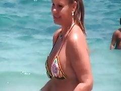 sexy bikini tanga madura con NO su hija en la playa 2014
