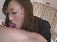 La troia Miyama Ranko dà al suo ragazzo una frustata alla lingua