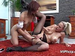 Wielki cycek rzuca się na uległe pokojówki - Pissing Lesbians