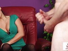 Nena británica de CFNM instruye a un sub chico a masturbarse
