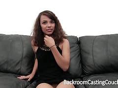 Śliczne nastolatki anal creampie na kanapie Casting