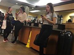 Nastolatek czeka na kawę