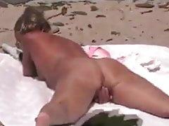 Ira da solo in spiaggia