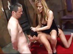 Amante femdom humilou seus dois escravos bissexuais