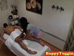 Asiatisches Mädchen ölt ihren Klienten Hahn auf