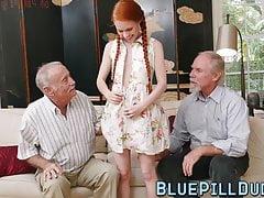 Ginger Teen mit kleinen Titten von alten Kerl gespielt