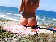 Gir masturbuje się na plaży