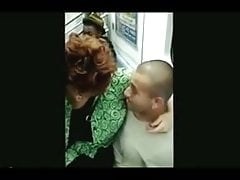 Dos maduras excibicionistas una en el metro y una duchansose