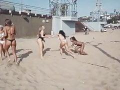 tolle Mädchen beim Beachvolleyball