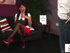 Busty Brit si užívá JOI ve své kanceláři