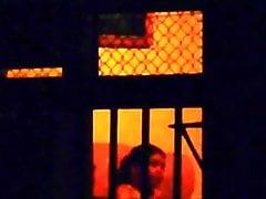 Mädchen beobachte meinen nackten Tanz über dem Fenster