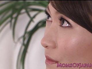 娇小的日本摩洛伊斯兰解放阵线揉着她甜美的阴蒂