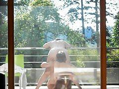 Poranna zabawa na balkonie