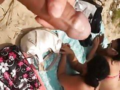 Kobiety rozmawiają z migaczem na plaży