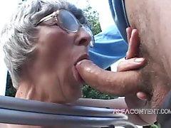Gorąca 60-letnia kobieta lubi młodych kutasów