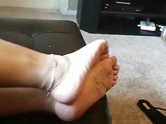 Piedi sexy rilassanti con anelli di punta