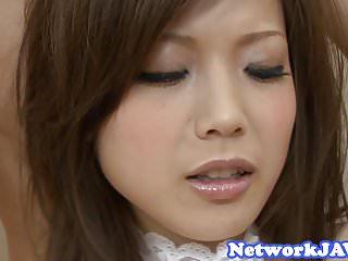 毛茸茸的亞洲青少年得到她的陰部鑽
