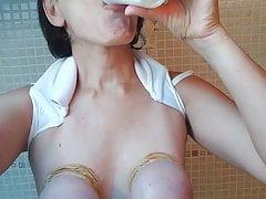 MILF s vázanými prsíčky pije piss!