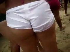 Chaude fille aux cheveux courts pilonnée sur la plage 2