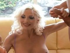 Blonde Gilf nimmt zwei Schwänze auf