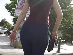 PAWG brunetka v těsném džínách, podívejte se na DAT ASS
