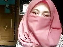 Hidżab muzułmańska dziewczyna pokazuje swoje ciało