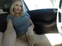 Jolie blonde se masturbe dans un parking