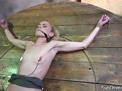 Nach dem Orgasmus geknebelt, während er gefesselt wurde