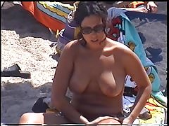 incredibile ragazza sulla spiaggia greca