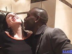 Mya hübsche Stewardess wird von einem schwarzen Schwanz gefickt