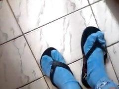 Eu me divertindo com o chinelo de um cara com meias azuis