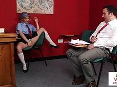 Niegrzeczny uczeń instruuje nauczyciela, żeby szarpał