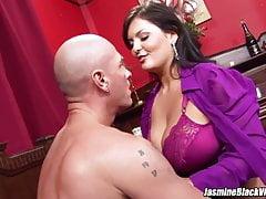 Jasmine Black dostane Johnny XL, aby si užíval velkého bičování