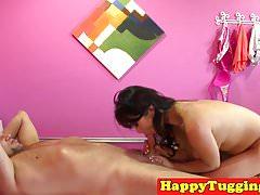 Massaggiatrice asiatica tettona masturbando il suo cliente