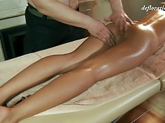 Roofkina sexy jovem adolescente sendo massageado por um cara gordo