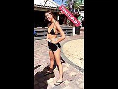 Alexis Ren ao ar livre em shorts sensuais e top