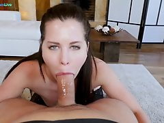 Voluptuous Cassie Fire devient accro au sexe anal