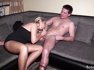 .Ehemann erwischt Frau mit Nachbars Jungen und fickt mit.