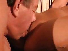 Il nonno dà al suo vicino un sacco di piacere