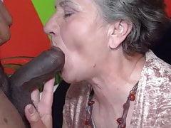 Oma probiert den Schokoladenstab
