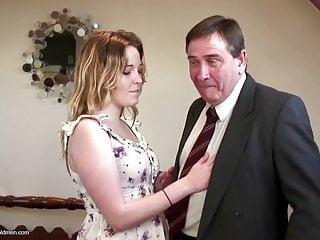 老爸引誘可愛的年輕女孩不是他的女兒